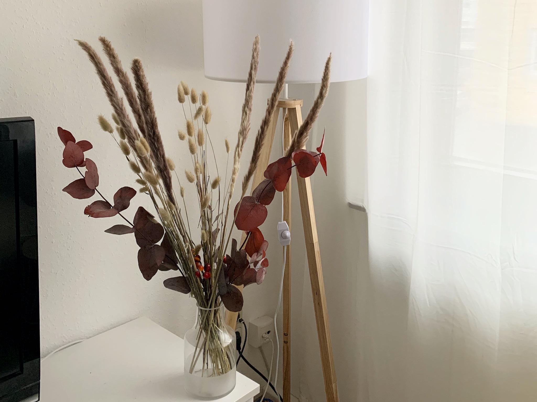 Trockenblumen machen sich aufgrund ihrer Höhe nicht nur super auf Tischen und Kommoden, sondern auch auf dem Boden. Foto: Lilli Müller