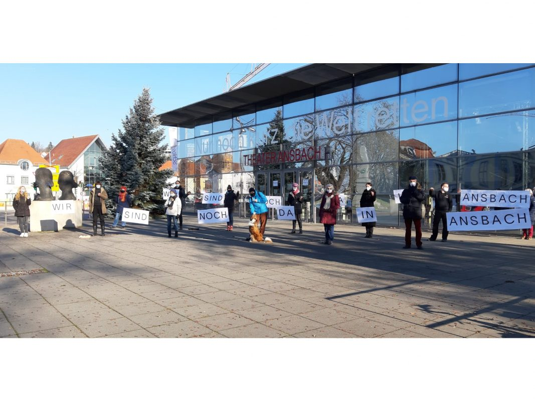 Kontaktlose Menschenkette vor dem Theater Ansbach. Foto: Michael Hanisch