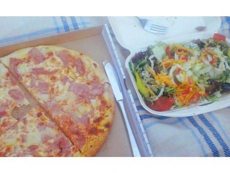 Pizza und Salat vom Lieferdienst. Foto: Dirk Flieger