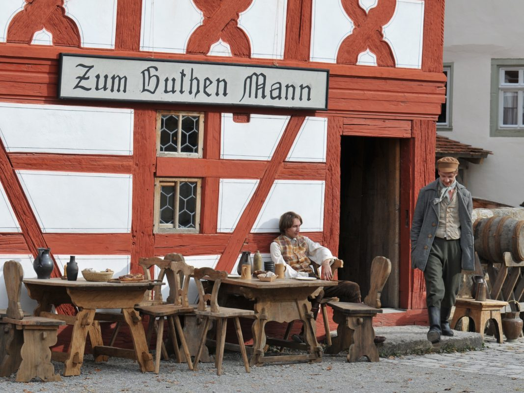 """Das Büttnerhaus aus Wipfeld im Fränkischen Freilandmuseum wurde im Märchenfilm """"Der starke Hans"""" zum Gasthaus umfunktioniert. Foto: Margarete Meggle-Freund"""