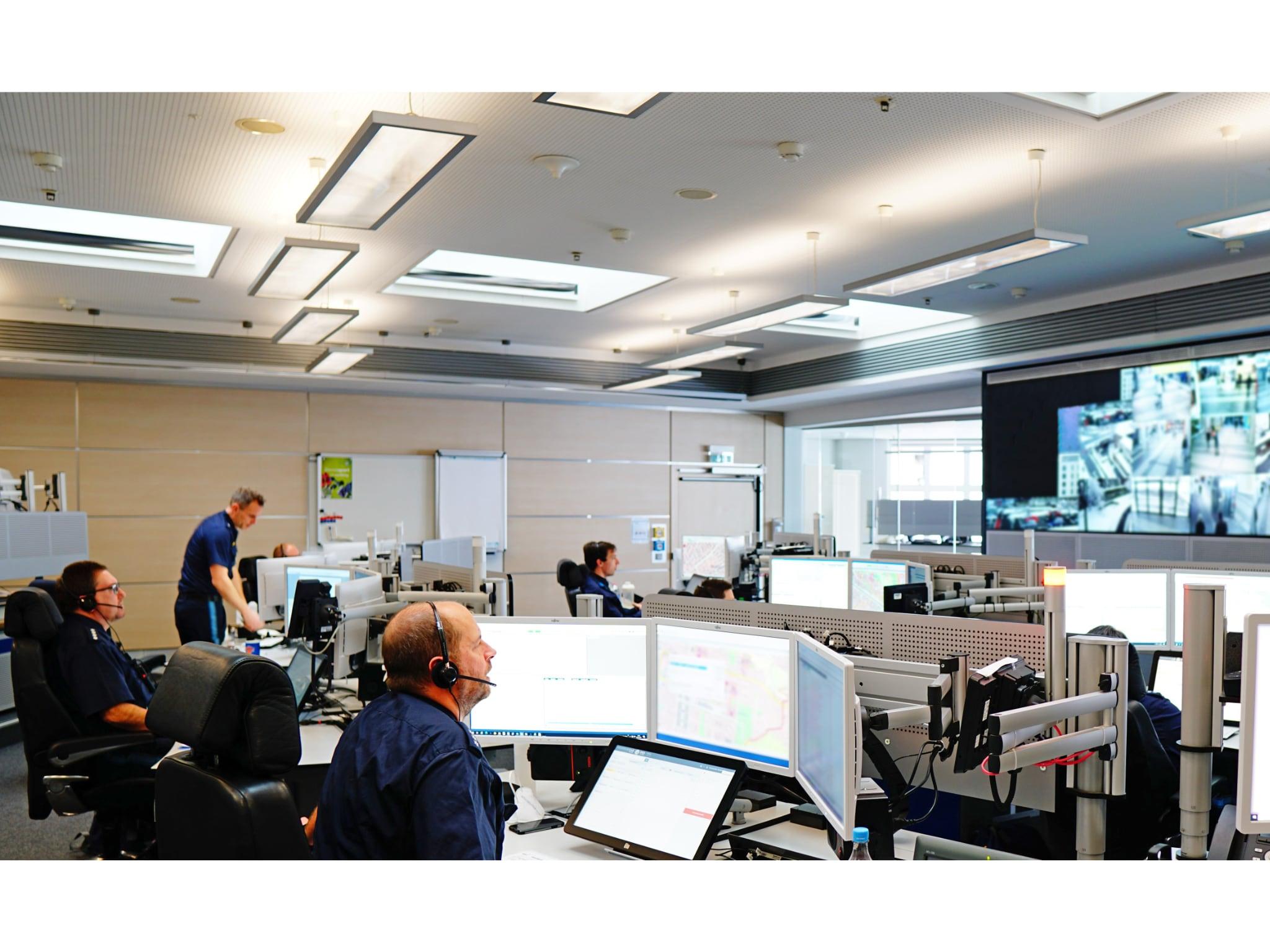88 Beschäftigte sorgen im Schichtbetrieb für eine Rund-um-die-Uhr-Erreichbarkeit des Polizeinotrufs. Foto: Polizei Mittelfranken