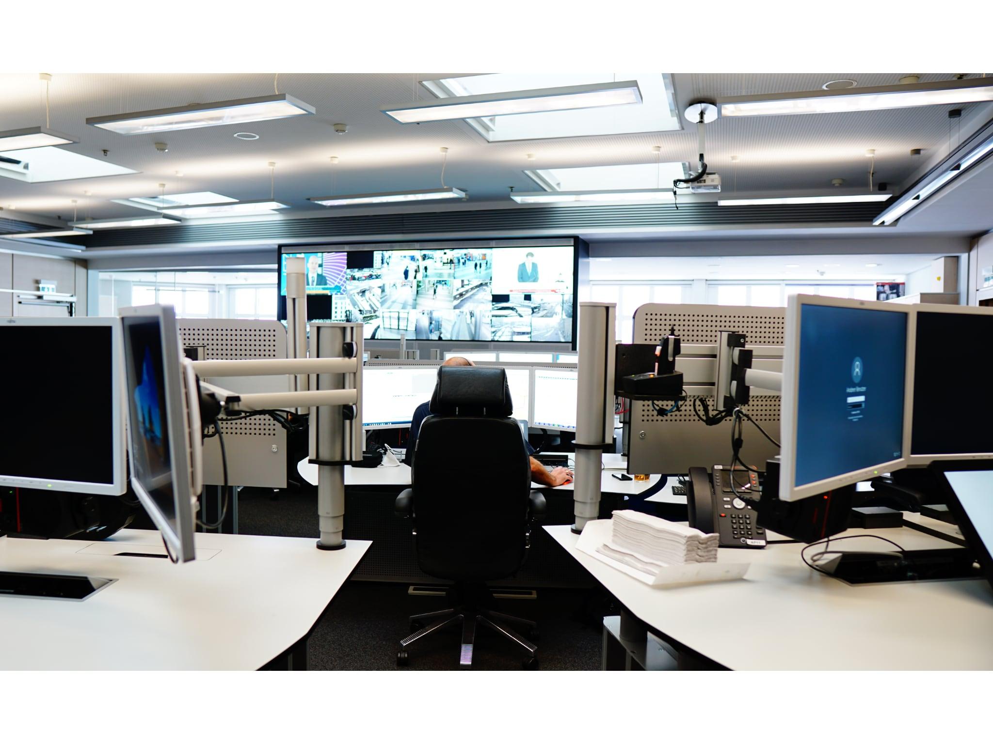 Umfangreiche Technik prägt das Arbeitsumfeld in der Einsatzzentrale. Foto: Polizei Mittelfranken