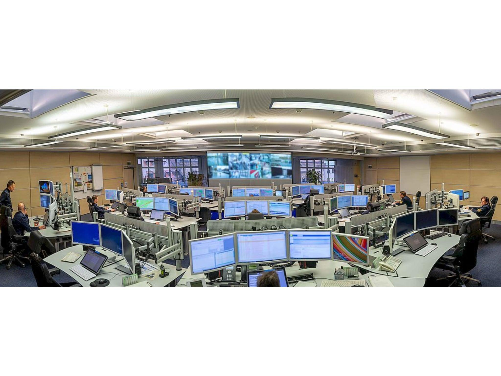 Blick über die Einsatzzentrale des Polizeipräsidiums Mittelfranken. Foto: Polizei Mittelfranken