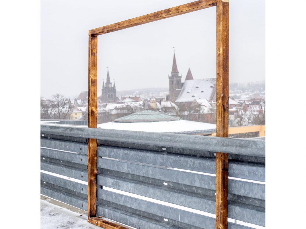 """Auf dem Parkdeck des Brücken-Centers steht ein Bilderrahmen für die Fotoaktion """"Gesichter der Stadt"""". Foto: Stadt Ansbach"""