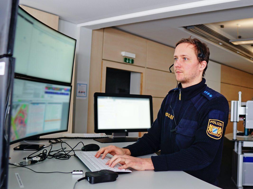 Polizeihauptmeister Thomas Ballhorn ist seit knapp vier Jahren als Einsatzdisponent tätig. Foto: Polizei Mittelfranken