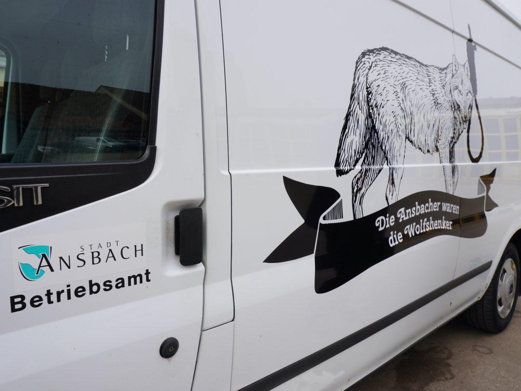 Auf den Fahrzeugen des Betriebsamtes gibt es Stadtgeschichte zu entdecken. Foto: Stadt Ansbach