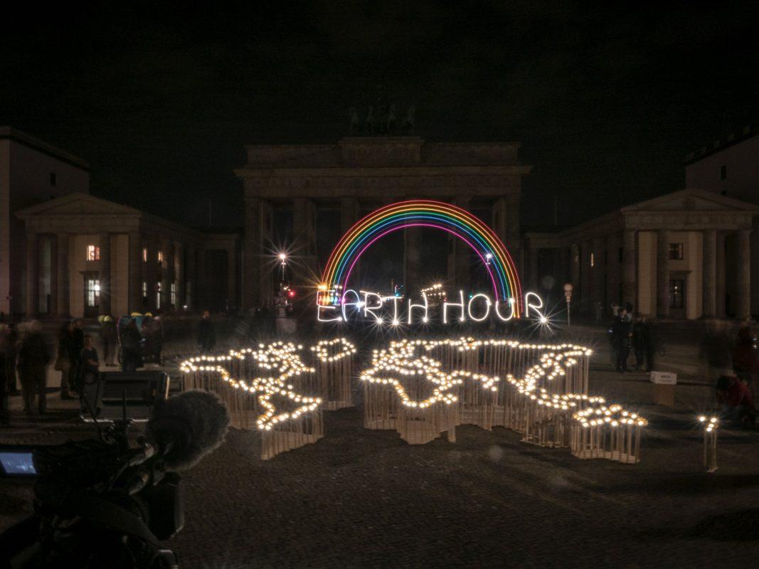 Teilnehmer machen in Berlin im Rahmen einer Aktion des WWF Deutschland mit einer Lichtinstallation auf die Earth Hour 2019 aufmerksam. Foto: Daniel Seiffert, WWF Deutschland