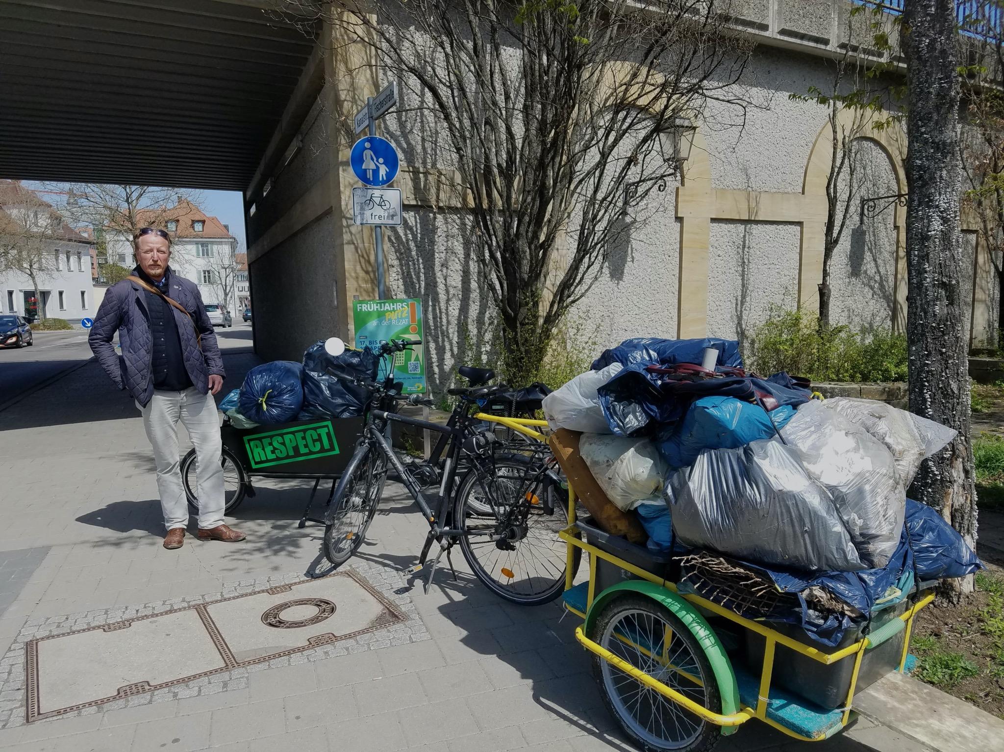 Die Müllsäcke konnten in zwei Fahrten per Lastenrad und Anhänger zum Wertstoffhof gebracht und fachgerecht entsorgt werden. Foto: Bernhard Schmid