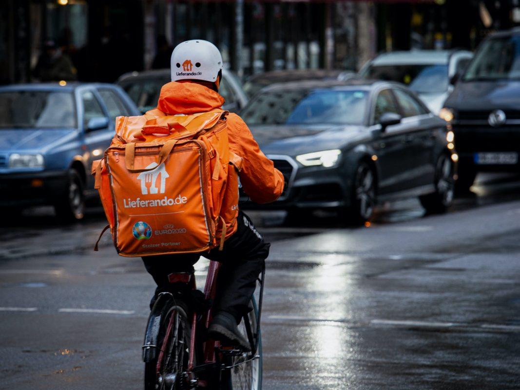 Bei Wind und Wetter unterwegs: Fahrrad-Kuriere bei Lieferando arbeiten zu niedrigen Löhnen und unter hoher Belastung, kritisiert die Gewerkschaft NGG. Foto: NGG