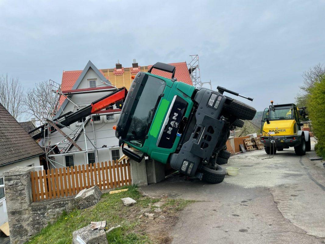 Ein Lkw ist auf einen Gartenzaun gestürzt. Foto: Polizei Rothenburg