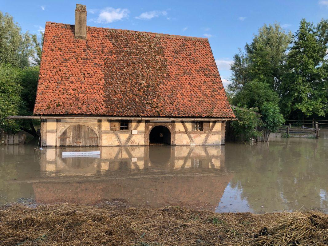 Der Stall aus Braunsbach, in dem die Ziegen und Schweine untergebracht sind, stand unter Wasser. Foto: Herbert May