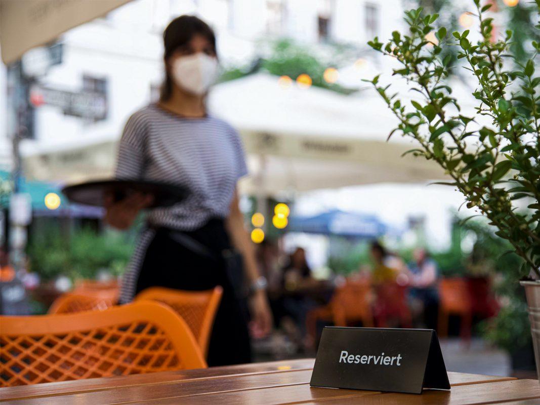 Servicekraft händeringend gesucht: Viele Hotels und Gaststätten finden aktuell kein Personal – weil während der Lockdowns ein großer Teil der Beschäftigten die Branche verlassen hat. Foto: NGG