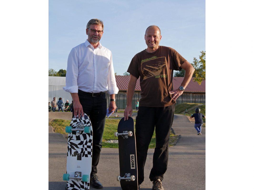 Erster Bürgermeister Karl-Heinz Fitz und Stadtjugendpfleger Helmar Zilcher beim Pumptrack. Foto: Stadt Gunzenhausen